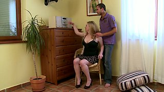 Well stacked blond Swedish housewife makes out with kinky delivery guy