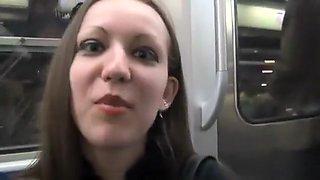 Petite suceuse poilue écarte ses jambes pour se faire cueillir le clitoris par un inconnu rencontré dans le métro