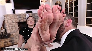 Lea Lexis's giving her man a steamy foot job