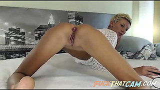 Skinny blonde babe shows her ass toying skills on the webcam
