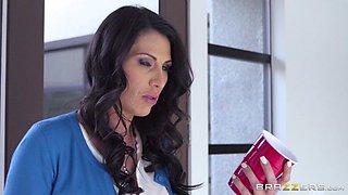Hot MILF Makayla Cox seduces her man for a qucik shag