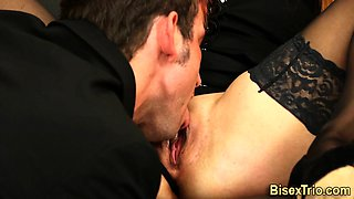 Babe fucked in bi 3some