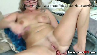 This skanky chick with a nice tattoo on her gorgeous round ass loves camming