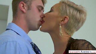 Short haired MILFie sexpot Ryan Keely seduces dude for some random sex