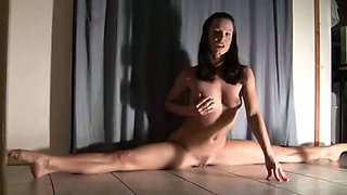 Flexible amateur girl masturbating while doing slits on a floor